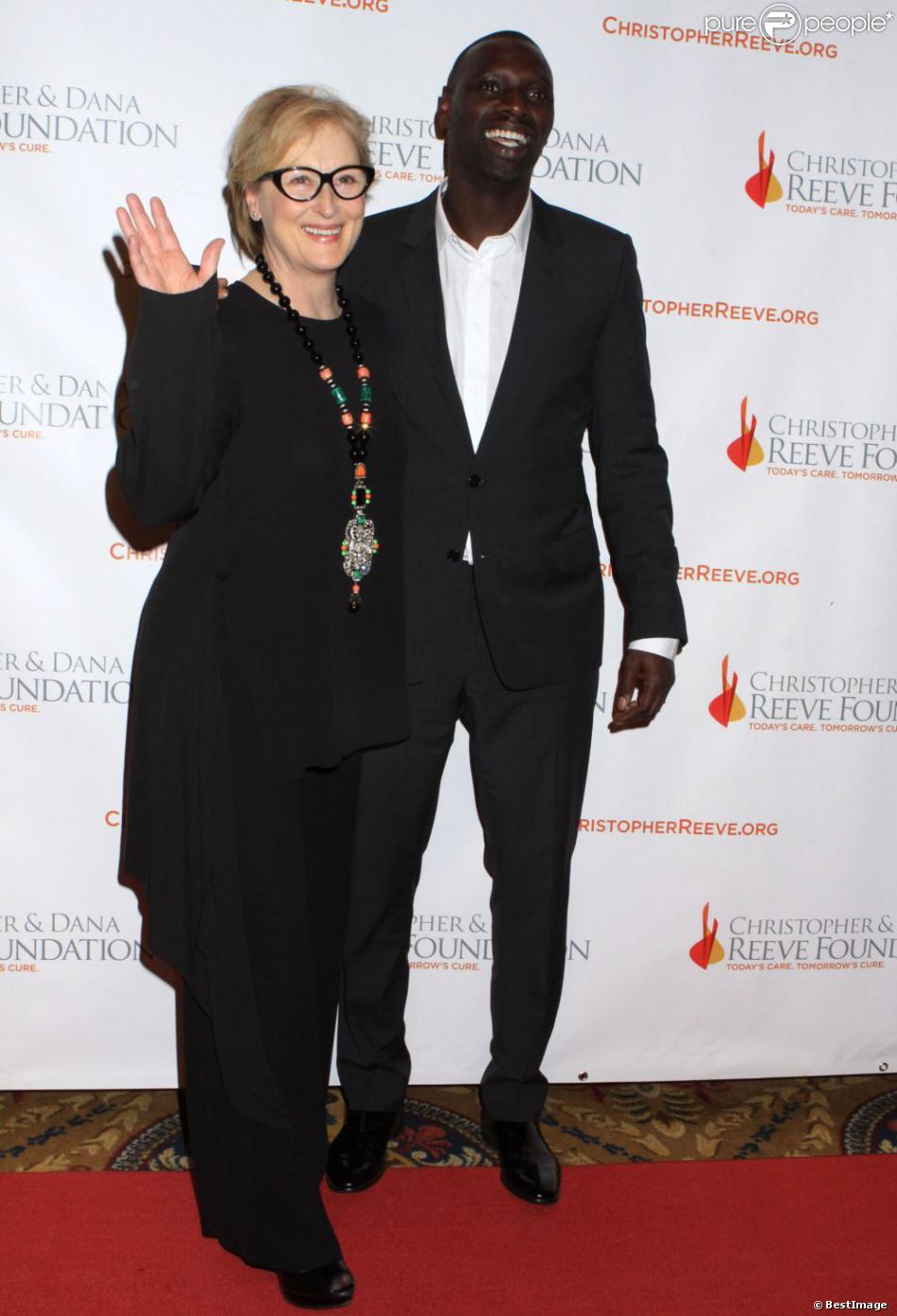 Meryl Streep et aux côtés d'Omar Sy pendant la soirée de soutien pour la Fondation Christopher & Dana Reeve à New York, le 28 novembre 2012.