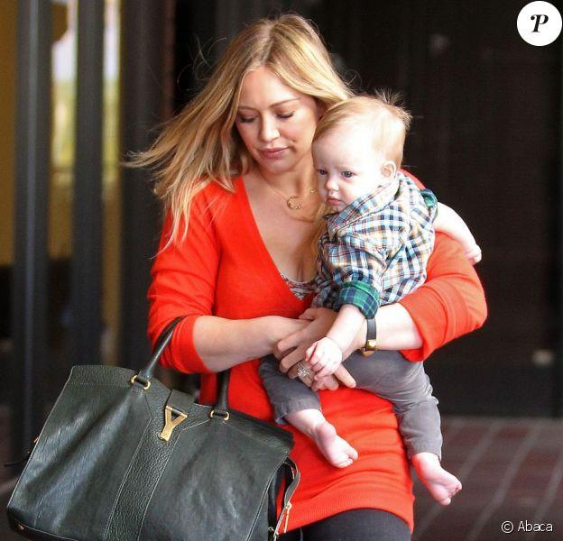 Hilary Duff et son fils Luca se promènent dans les rues de Los Angeles le 28 novembe 2012.