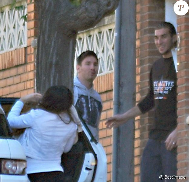 Lionel Messi et sa belle Antonella Roccuzzo rendent visite au gardien remplaçant du Barça, Jose Manuel Pinto avec leur fils Thiago à Barcelone le 2 decembre 2012