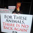 Dehors, des défenseurs des animaux dénoncent les décès d'animaux pendant le tournage du film, et joue ici sur le titre du troisième opus qui se tourne actuellement There and Back again, pendant l'avant-première du Hobbit : Un voyage inattendu à New York, le 6 décembre 2012.