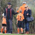 Reese Witherspoon et son ex mari, père de son fils Deacon l'encouragent lors de son match de foot. A Brentwood le 8 décembre 2012.