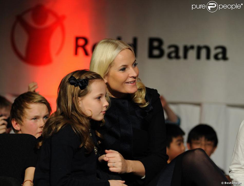 La princesse Mette-Marit de Norvège avec sa fille la princesse Ingrid Alexandra, 8 ans, lors de la Save the Children Peace Prize Party organisée à l'occasion de la remise du Prix Nobel de la Paix à l'UE le 10 décembre 2012 à Oslo.