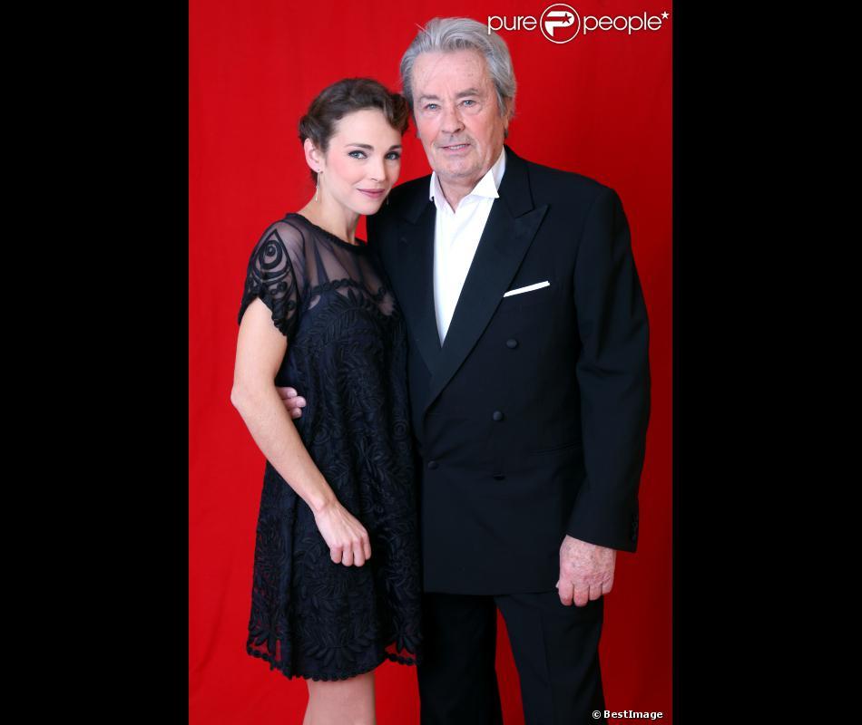 Claire Keim et Alain Delon lors de l'enregistrement de l'émission Le grand cabaret sur son 31, le 7 décembre 2012. L'émission sera diffusée le 31 décembre 2012.