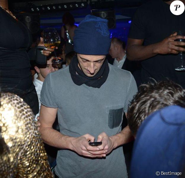 Adrien Brody collé à son téléphone dans la discothèque l'Arc à Paris, le 8 décembre 2012.