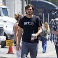 Ashton Kutcher sur le tournage du biopic sur Steve Jobs à Los Angeles le 22 juin 2012.