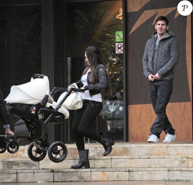 Lionel Messi et sa compagne Antonella Roccuzzo se sont offert une petite sortie famille avec leur fils Thiago, à Barcelone le 14 décembre 2012