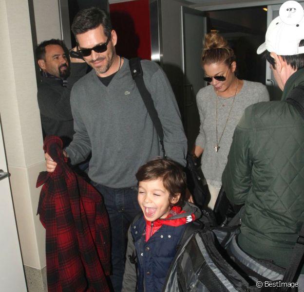 Eddie Cibrian, ses enfants Jake et Mason et LeAnn Rimes à l'aéroport de Los Angeles, le 26 décembre 2012.