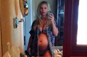 Jessica Simpson enceinte : Elle exhibe son ventre rond en bikini