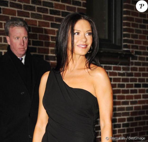 Catherine Zeta-Jones arrive à l'émission The Late Show With David Letterman à New York le 10 janvier 2013. L'actrice est arrivée dans une sublime robe noire.