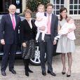Le prince Floris d'Orange-Nassau et la princesse Aimée avec leurs filles Magali et Eliane, et la princesse Margriet et son époux Pieter van Vollenhoven le 28 mars 2010. En 2013, le couple attend son troisième enfant, pour le mois de juillet.