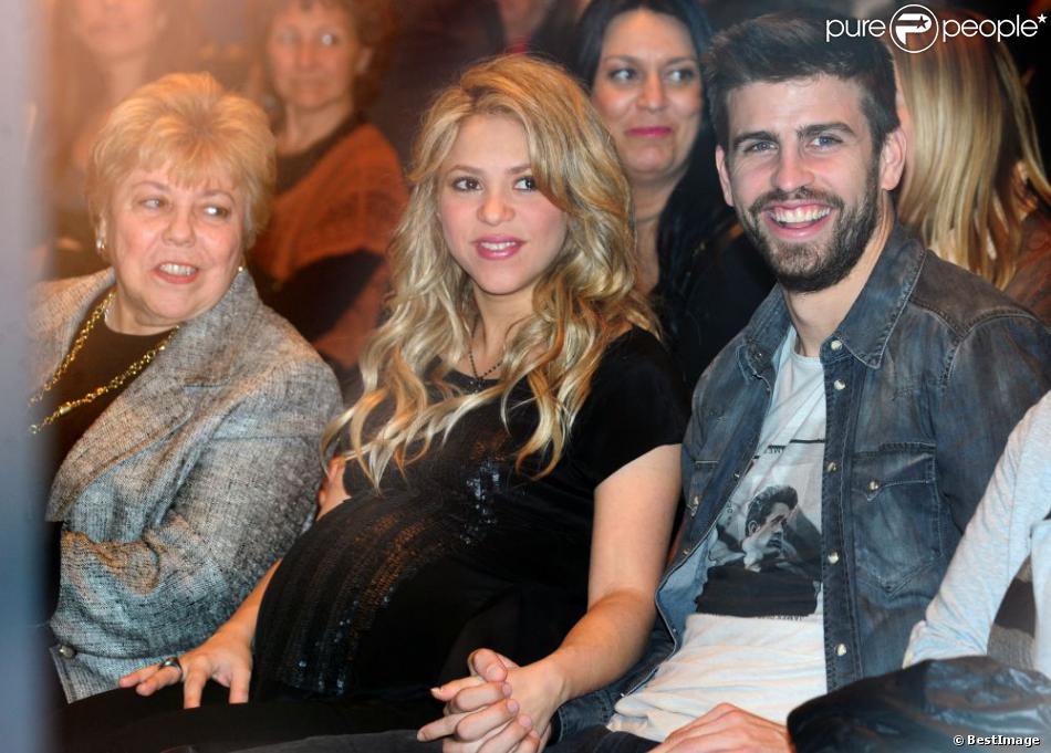 Shakira (avec sa mère Nidia à sa droite), enceinte de huit mois, prenait part le 14 janvier 2013 à la Maison du Livre de Barcelone à la présentation du nouveau livre de son père William Mebarak,  Al Viento y el azar , accompagnée de son chéri Gerard Piqué, et en présence de sa mère Nidia Ripoli, de son frère Tonino, et des parents du footballeur du Barça, Joan et Montserrat.