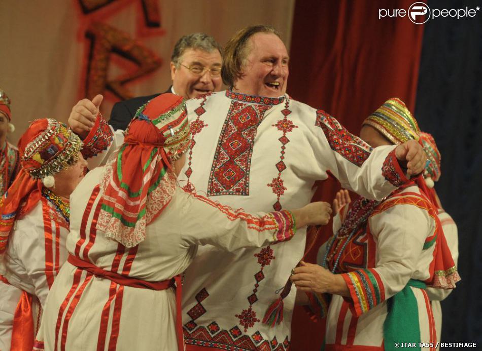 L'acteur Gérard Depardieu, en costume traditionnel, exhibe fièrement son nouveau passeport russe à Saransk le 6 janvier 2013.
