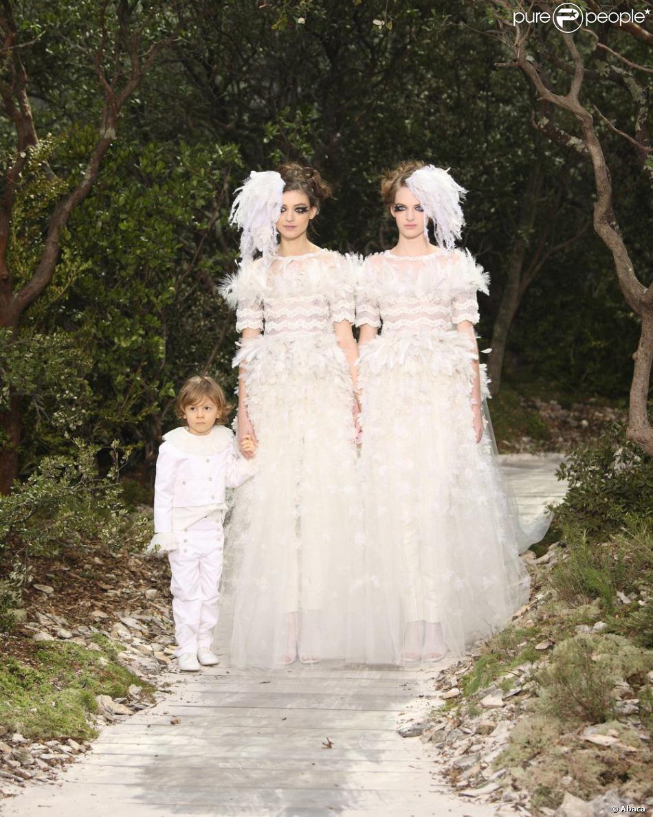 Mariage pour tous Karl Lagerfeld et ses deux mariées, devant Anna Mouglalis