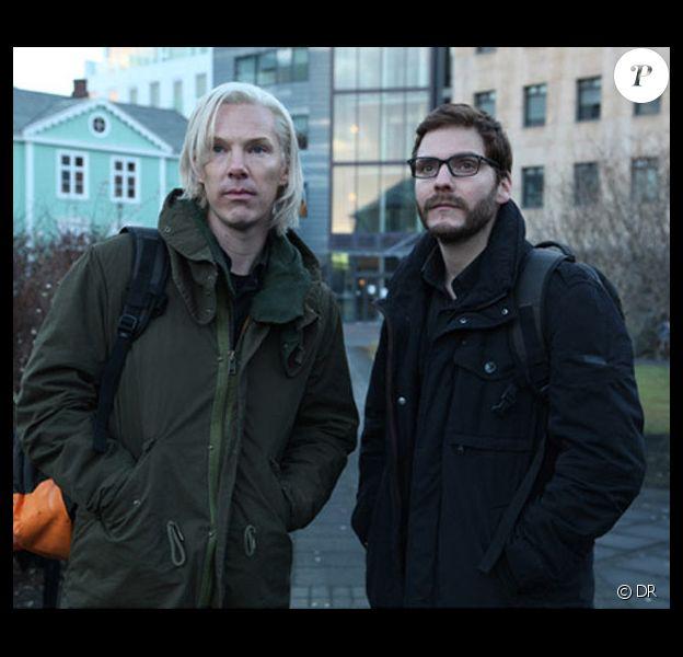 Benedict Cumberbatch dans la peau de Julian Assange et Daniel Brühl incarnant Daniel Domscheit-Berg dans la première image du film The Fifth Estate.