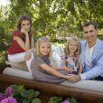 Letizia et Felipe d'Espagne avec leurs filles Leonor et Sofia à leur domicile de Madrid le 1er août 2012, pour une séance photo dévoilée en septembre à l'occasion des 40 ans de la princesse des Asturies.