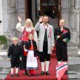 La princesse Mette-Marit et le prince Haakon de Norvège avec leurs enfants Sverre Magnus, Ingrid Isabella et Marius, lors de la Fête nationale le 17 mai 2012.