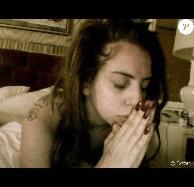 Lady Gaga prie pour les victimes de l'incendie du Kiss, une boîte de nuit de Santa Maria, au sud du Brésil. L'établissmeent a été ravagé par les flammes dans la nuit du samedi au dimanche 27 janvier 2013 faisant 231 victimes.