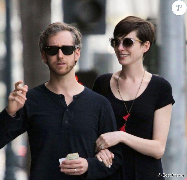 Anne Hathaway et son mari Adam Shulman sortent d'un cabinet médical a Beverly Hills, le 1er février 2013