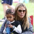 Heidi Klum et sa fille Lou (deux ans) assistent au match de foot de Leni, Henry et Johan à Los Angeles, le 2 février 2013.