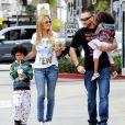 Heidi Klum, son chéri Martin Kristen et ses deux enfants Johan et Lou se sont arrêtés au Starbucks dans le quartier de Brentwood pour un goûter gourmand. Los Angeles, le 2 février 2013.