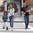 Heidi Klum se dirige vers un Starbucks dans le quartier de Brentwood avec deux de ses quatre enfants Henry et Lou et son compagnon Martin Kristen. Le 2 février 2013.