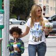 Heidi Klum quitte Starbucks dans le quartier de Brentwood avec deux de ses quatre enfants Henry et Lou et son compagnon Martin Kristen. Le 2 février 2013.
