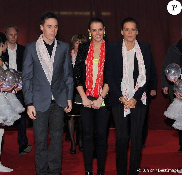 Louis Ducruet, Pauline Ducruet, et la princesse Stéphanie de Monaco lors de la cérémonie de clôture de la New Generation, 2e compétition de Cirque pour de jeunes artistes à Monaco le 3 février 2013.