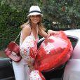 Brooke Burke prépare une belle Saint-Valentin pour son mari David Charvet, le 4 février 2013 à Malibu - Elle lui a acheté des ballons en forme de coeur