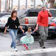 Tiffani Thiessen avec son mari Brady Smith et leur fille Harper Renn, dans les rues de Los Angeles, le 27 janvier 2013.
