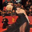 Arta Dobroshi sexy et légère avant d'être récompensée par Ethan Hawke avant la projection de Before Midnight à la 63e Berlinale, le 11 février 2013.