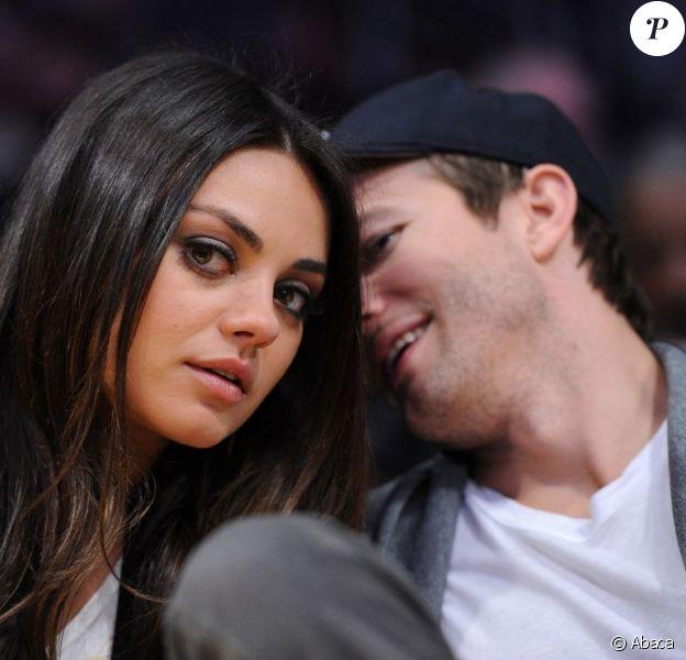 Ashton Kutcher et Mila Kunis assistent à un match de basket au Staples Center de Los Angeles, le 12 février 2013.