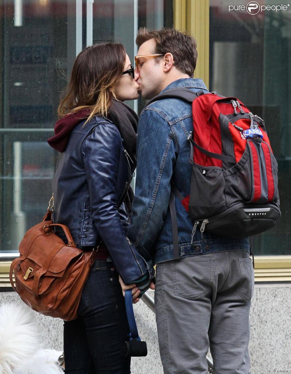 Olivia Wilde et son fiancé Jason Sudeikis s'offrent un tendre baiser lorsqu'ils se promènent avec leur chien Paco à Chelsea, quartier de New York, le 16 février 2013
