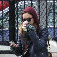Olivia Wilde et son fiancé Jason Sudeikis se promènent avec leur chien Paco à Chelsea, quartier de New York, le 16 février 2013