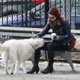 Olivia Wilde passe un instant avec son chien Paco à Chelsea, quartier de New York, le 16 février 2013