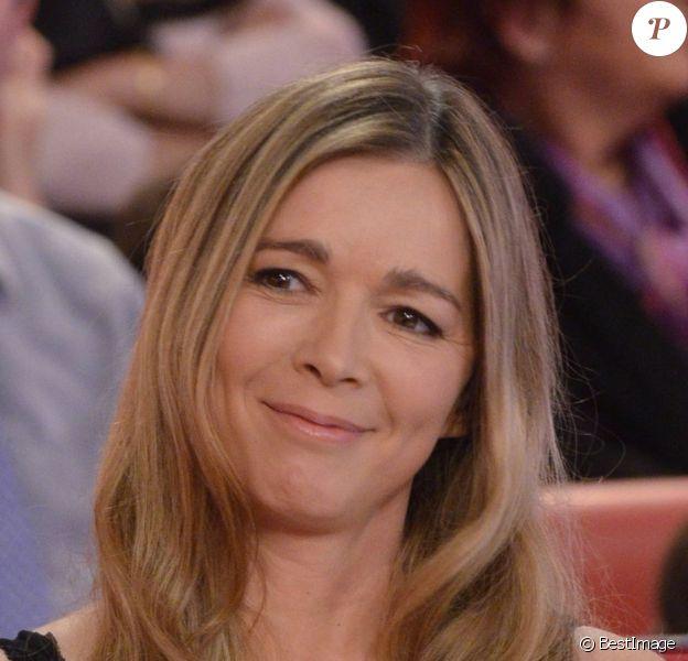 La jolie Hélène Rollès sur le plateau de Vivement Dimanche spécial Noël, sur France 2, le 25 décembre 2011.