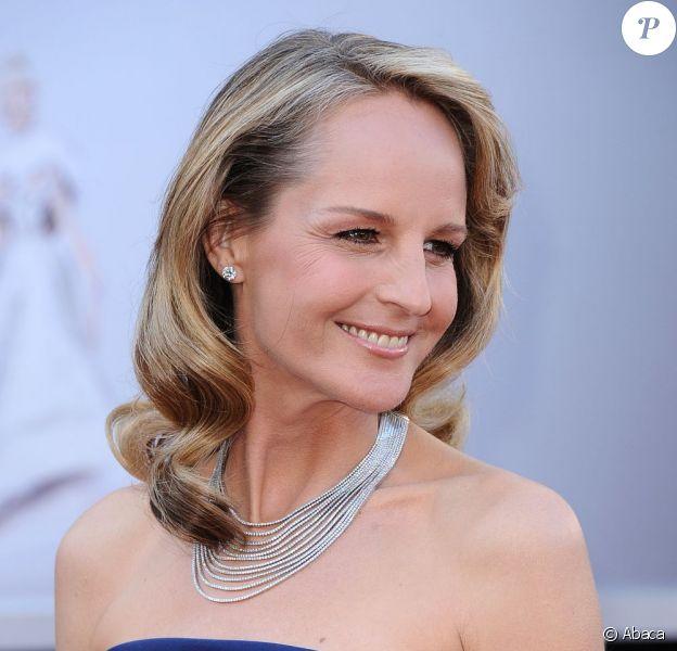 Helen Hunt à son arrivée aux Oscars 2013 dans une robe H&M et portant des bijoux pour une valeur de 700 000 dollars