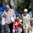 Michelle Williams et Jason Segel avec Matilda, fille de Michelle et de feu Heath Ledger, à Los Angeles le 6 août 2012