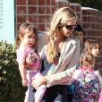 Denise Richards va chercher ses adorables filles Sam, Lola et Eloise à l'école à Los Angeles le 26 février 2013.
