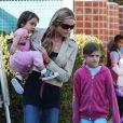 Denise Richards va chercher ses trois filles Sam, Lola et Eloise à l'école à Los Angeles le 26 février 2013.