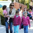 Lunettes de soleil sur le nez, Denise Richards va chercher ses filles Sam, Lola et Eloise à l'école à Los Angeles le 26 février 2013.
