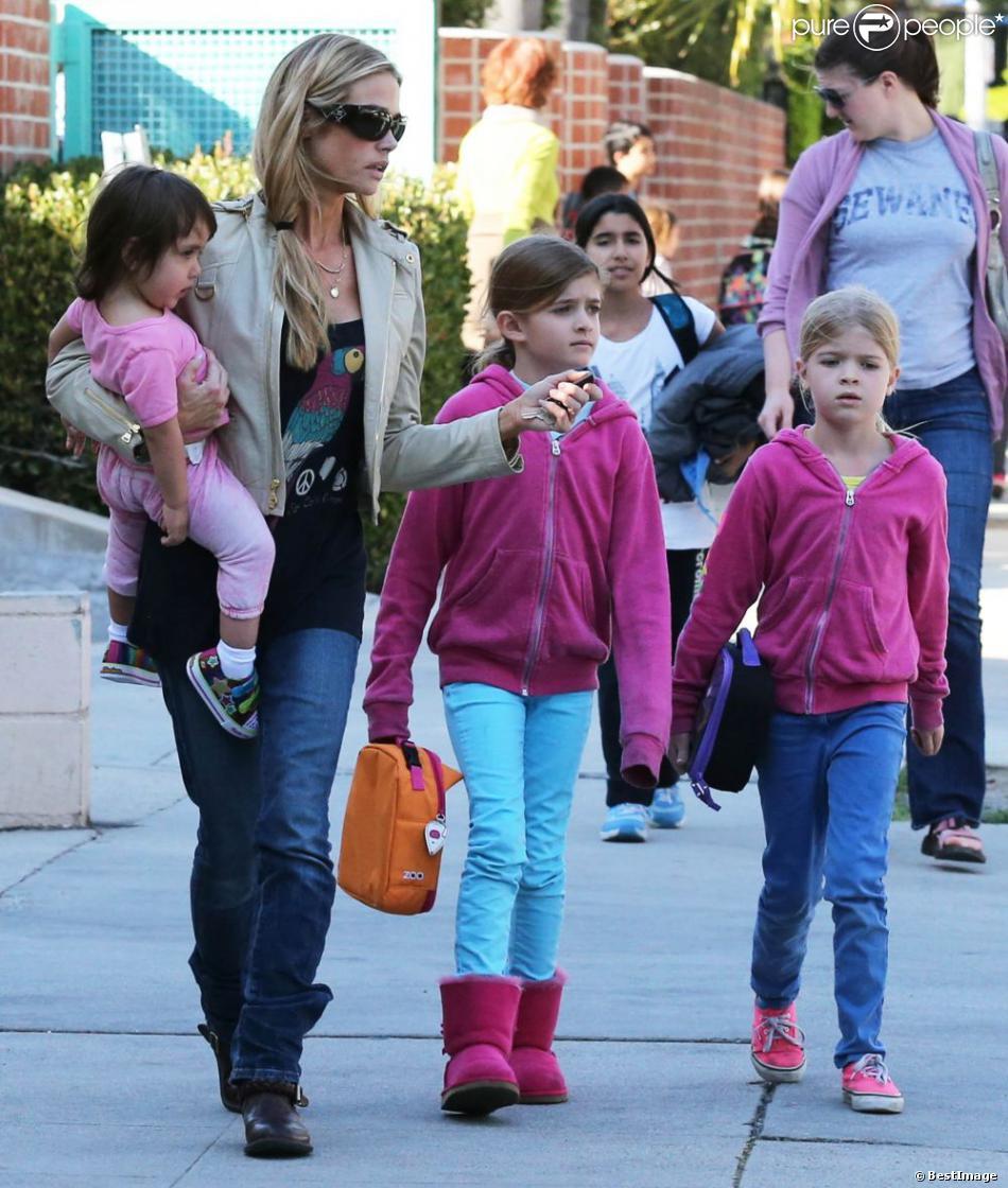 Denise Richards va chercher ses filles Sam, Lola et Eloise à l'école à Los Angeles le 26 février 2013.