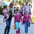 Denise Richards va chercher ses filles, toutes habillées en rose, Sam, Lola et Eloise à l'école à Los Angeles le 26 février 2013.