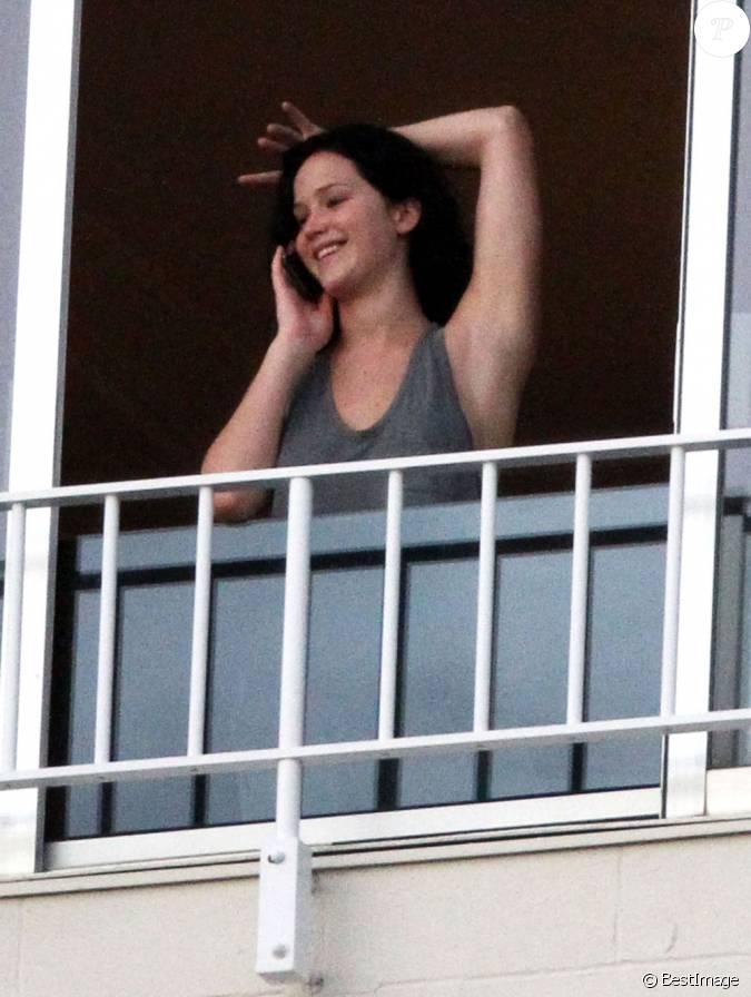 Tout sourire au t l phone jennifer lawrence la fen tre for Chambre d hotel sans fenetre