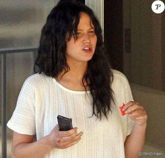Fraîchement élue meilleure actrice aux Oscars, Jennifer Lawrence apparaît sans maquillage à la fenêtre de sa chambre d'hôtel à Hawaï le 26 février 2013.