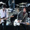 Johnny Marr et Ronnie Wood sur la scène des NME Awards organisés au Troxy à Londres, le 27 février 2013.