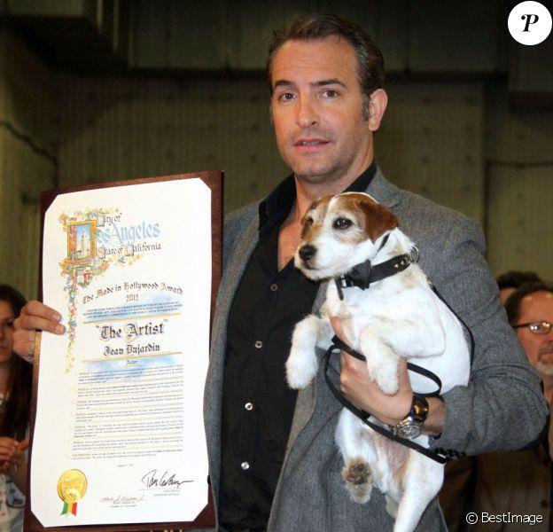 Jean Dujardin et Uggie lorsque l'équipe du film The Artist est reçue par la mairie de Los Angeles le 31 janvier 2012