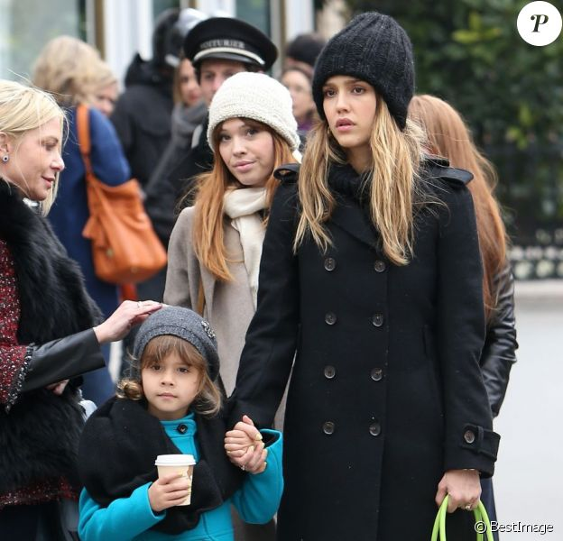 Jessica Alba et sa fille Honor font du shopping à Paris, le 2 mars 2013.