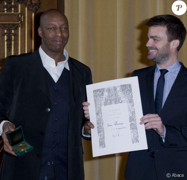 Bruno Julliard remet la médaille de Vermeil de la Ville de Paris à Oxmo Puccino dans les salons de l'Hôtel de Ville de Paris. Le 12 mars 2013.