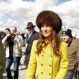 Pippa Middleton, en jaune, a assisté à une course de chevaux à l'hippodrome de Cheltenham, dans le cadre du Cheltenham Festival de Gloucestershire. Le 14 mars 2013.