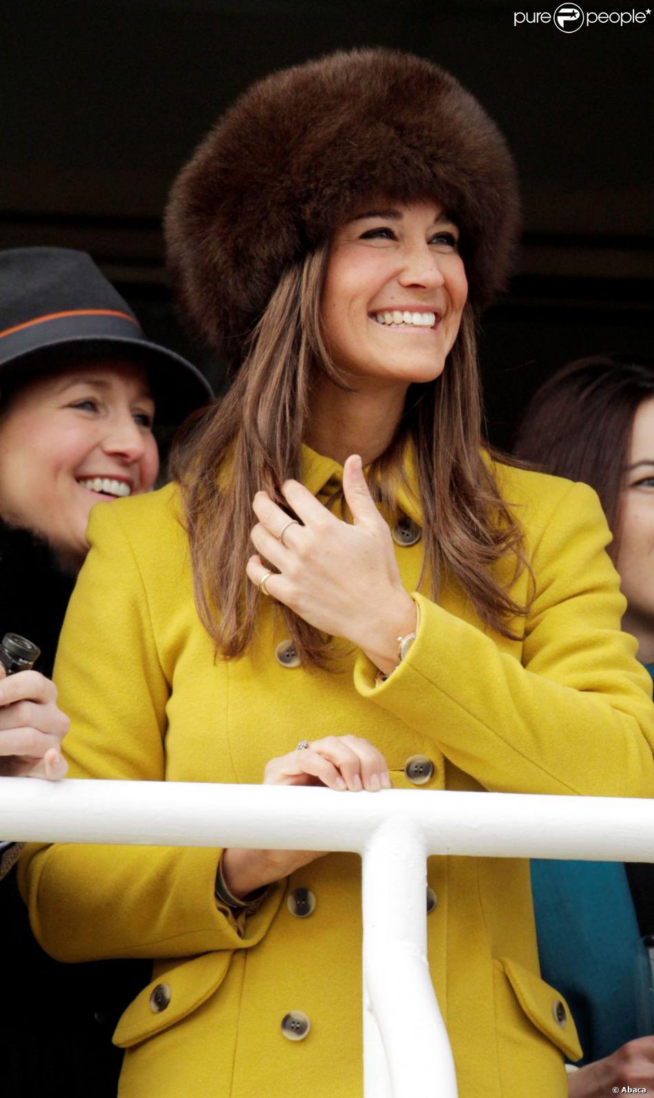 Pippa Middleton a assisté à une course de chevaux à l'hippodrome de Cheltenham, dans le cadre du Cheltenham Festival de Gloucestershire. Le 14 mars 2013. La soeur de Kate Middleton était sublime dans un manteau jaune.